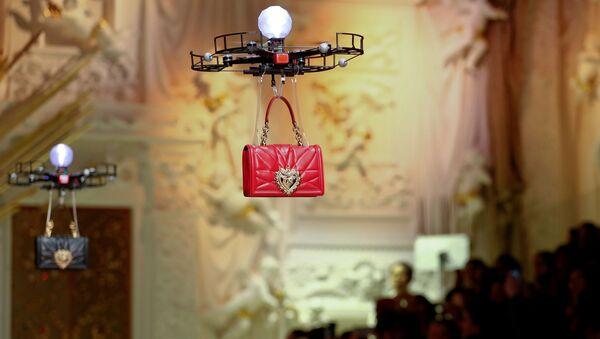 Drony prezentujące nową kolekcję torebek Dolce & Gabbana w czasie tygodnia mody w Mediolanie - Sputnik Polska