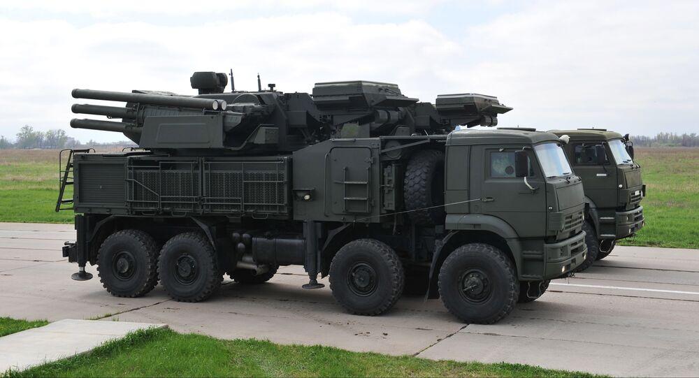 """Samobieżny system rakietowy naziemnego bazowania """"Pancyr-S"""" na podwoziu Kamaz-6560 podczas próby do Defilady Zwycięstwa na lotnisku wojskowym w Rostowie nad Donem"""