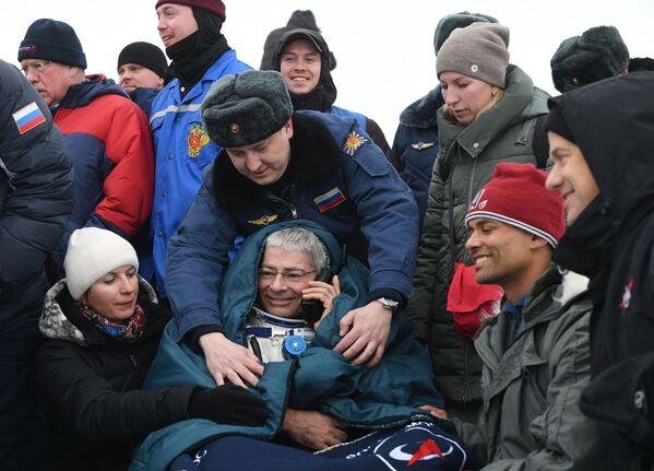 Na Ziemię wrócili rosyjski kosmonauta Aleksander Misurkin i amerykańscy astronauci Mark T. Vande Hei i Joe Acaba. Spędzili na stacji 168 dni - Sputnik Polska