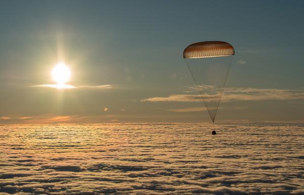 """Kapsuła lądownika """"Sojuz MS-06"""" z trzema członkami załogi Międzynarodowej Stacji Kosmicznej wylądowała w Kazachstanie - Sputnik Polska"""