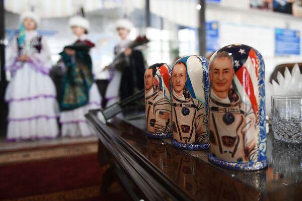 Matrioszki z ilustracjami kosmonautów w porcie lotniczym Karaganda - Sputnik Polska