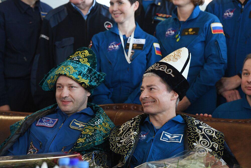 Kosmonauci podczas uroczystego powitania w porcie lotniczym Karaganda w Kazachstanie
