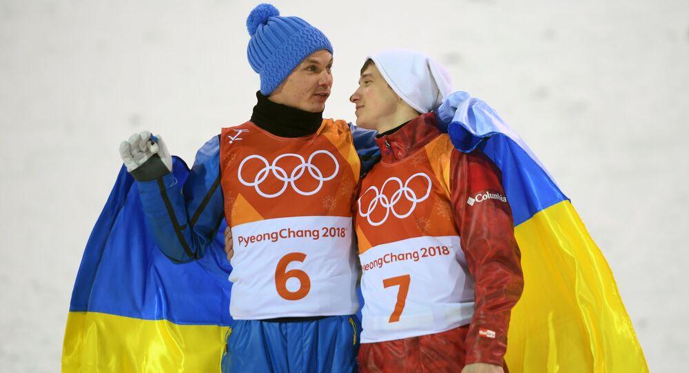 Mistrz olimpijski Ołeksandr Abramienko i zdobywca brązowego medalu Ilja Burow w finale skoków akrobatycznych