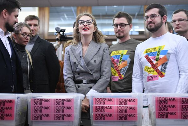 Ksenia Sobczak podczas przekazania komisji wyborczej podpisów popierających jej start w wyborach. - Sputnik Polska