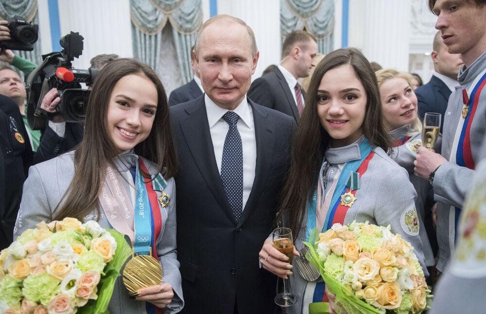 Prezydent Rosji Władimir Putin i medalistki igrzysk olimpijskich Alina Zagitowa i Jewgenia Miedwiediewa