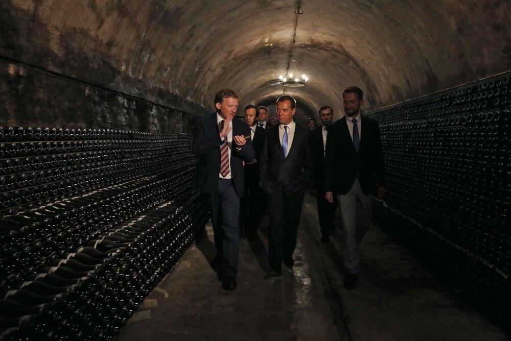 Kandydat na prezydenta Rosji Borys Titow i premier Rosji Dmitrij Miedwiediew w piwnicach winnicy Abrau Durso