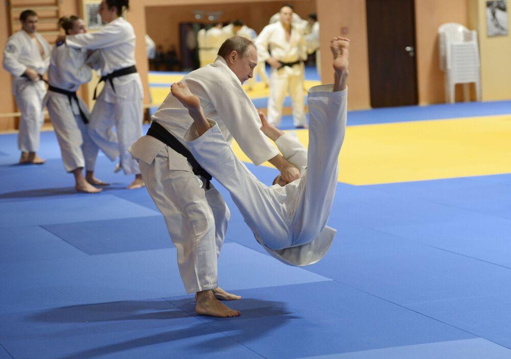 Prezydent Rosji Władimir Putin podczas sesji treningowej z członkami reprezentacji Rosji w judo, 2016