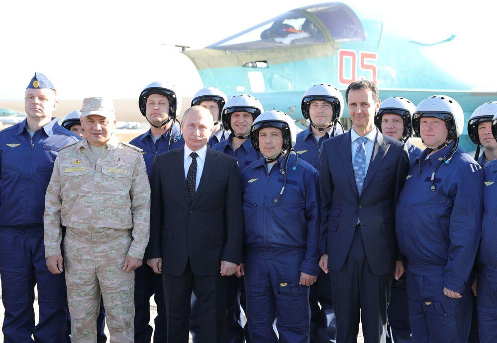 Prezydent Rosji Władimir Putin i przewodniczący Syryjskiej Republiki Arabskiej z rosyjskimi żołnierzami podczas wizyty w bazie lotniczej w Syrii