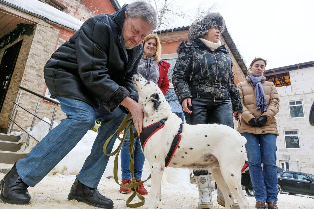 Kandydat na prezydenta Rosji z partii Jabłoko Grigorij Jawliński, podczas wizyty w schronisku dla psów