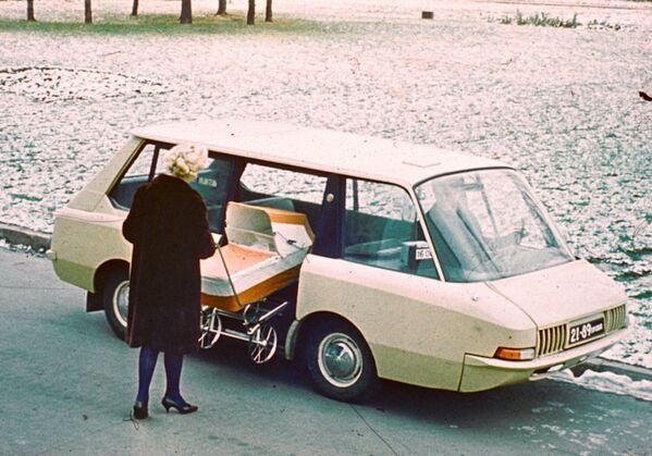 1964 rok. W tej taksówce był bagażnik w środku i przesuwane drzwi z napędem elektrycznym, co oszczędzało miejsce parkingowe. Wyprodukowano dwa egzemplarze testowe. Jeden z nich przez miesiąc woził pasażerów po Moskwie. - Sputnik Polska