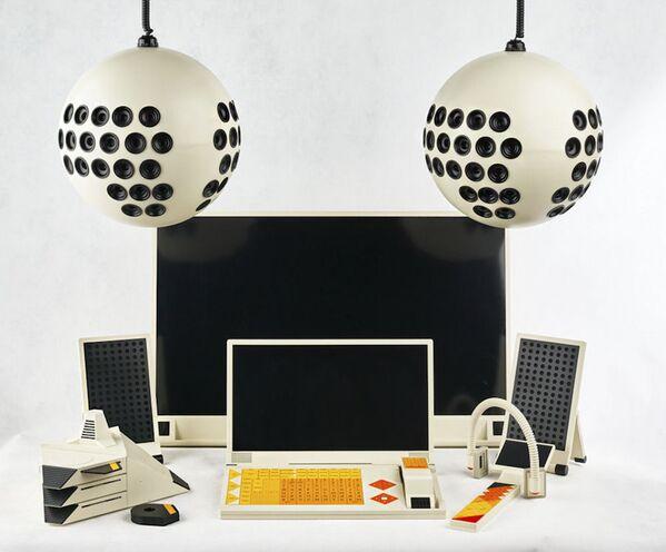 """W 1986 roku zaproponowano zdrożenie systemu SFINKS, który dziś nazwalibyśmy """"inteligentnym domem"""". Jego elementy podzielono na trzy grupy: spodnie (analog współczesnych inteligentnych bransoletek i zegarków); znajdujące się bezpośrednio w przestrzeni mieszkalnej; montowana w transporcie. Informacja miała być przekazywana przy pomocy sygnału radiowego i za pośrednictwem sieci telefonicznych. W takie systemy elektroniczne planowano wyposażyć domy do 2000 roku. Projekt, wizualnie przypominający współczesne produkty firmy Apple, nie wyszedł poza stadium prototypu. - Sputnik Polska"""