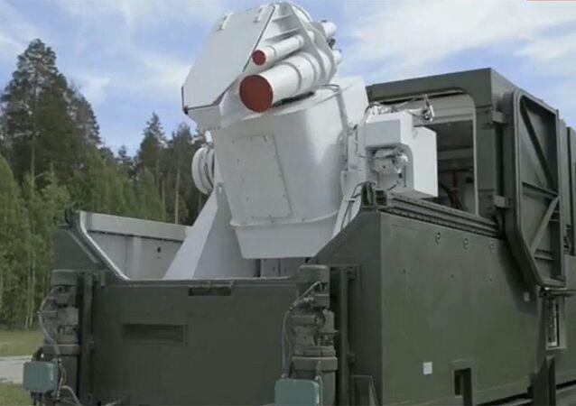Obraz systemu laserowego podczas transmisji orędzia prezydenta Rosji Władimira Putina do Zgromadzenia Federalnego