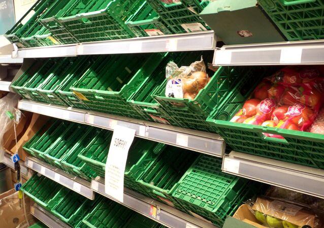 Puste pułki w sklepie spożywczym w Bristolu