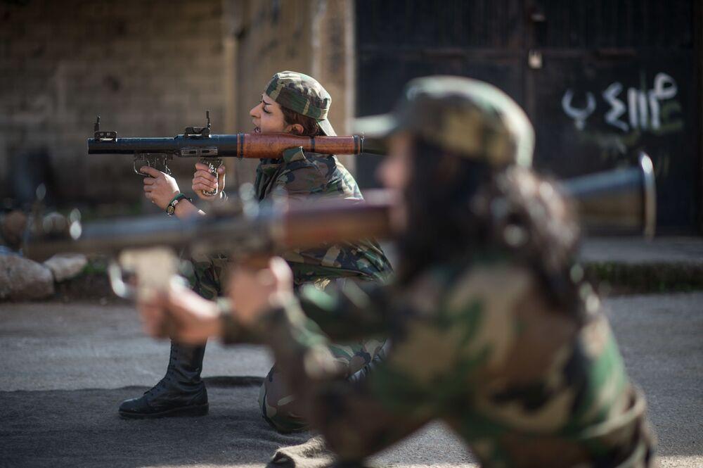 Syryjskie wolontariuszki podczas zajęć w 130. brygadzie szkoleniowej na przedmieściach Damaszku
