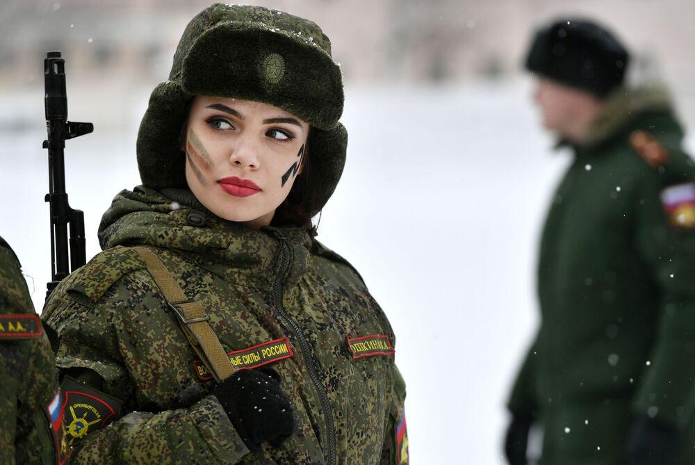 Uczestniczka konkursu piękności i umiejętności zawodowych wśród żołnierek w obwodzie jarosławskim