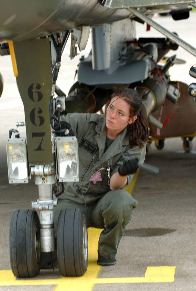 Kobieta mechanik francuskiego myśliwca Rafale