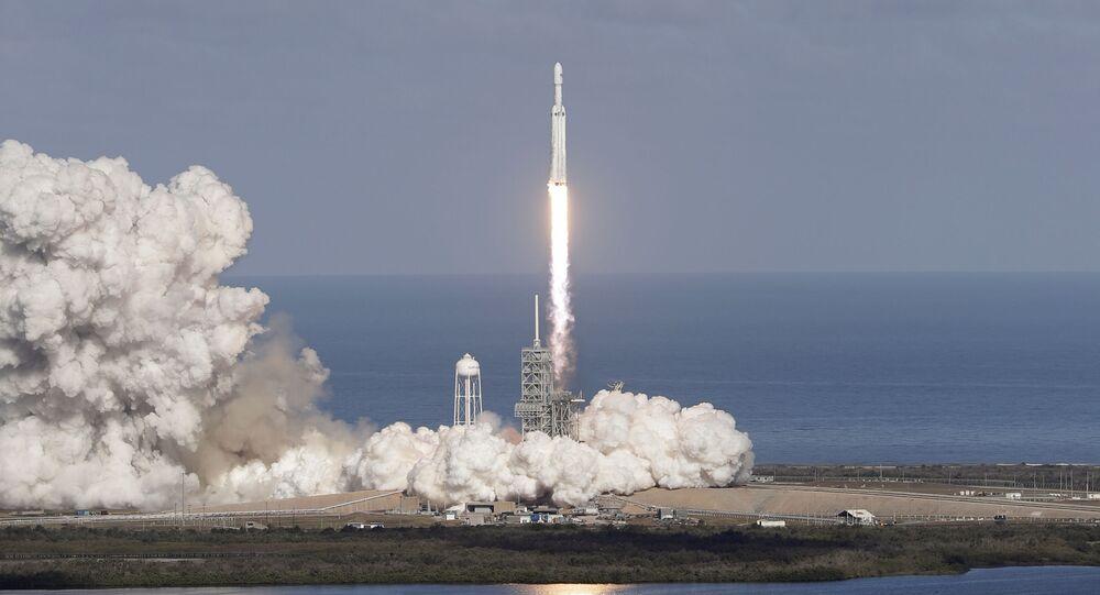 Start rakiety nośnej Falcon Heavy z kosmodromu na przylądku Canaveral