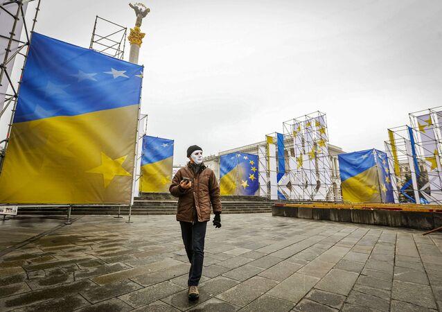 Uczestnik akcji z okazji Międzynarodowego Dnia Ochrony Pracowników Seksualnych przed przemocą na Majdanie Nezałeżnosti w Kijowie