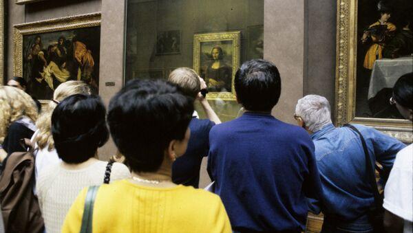 """Zwiedzający Luwru przed obrazem Leonarda da Vinci """"Mona Lisa"""" - Sputnik Polska"""