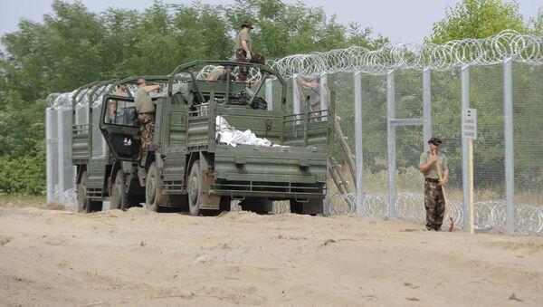 Węgierscy żołnierze budują ogrodzenie na granicy z Serbią - Sputnik Polska