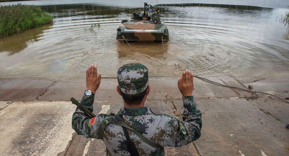 Żołnierz sił zbrojnych Chin na poligonie w Ałabinie w obwodzie moskiewskim, gdzie odbywają się wyścigi treningowe w ramach Wojskowych Igrzysk Międzynarodowych - 2015