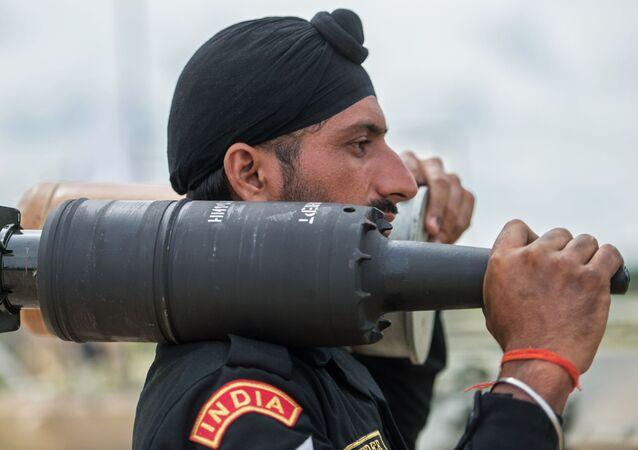 Żołnierz sił zbrojnych Indii na poligonie w Ałabinie w obwodzie moskiewskim, gdzie odbywają się wyścigi treningowe w ramach Wojskowych Igrzysk Międzynarodowych - 2015
