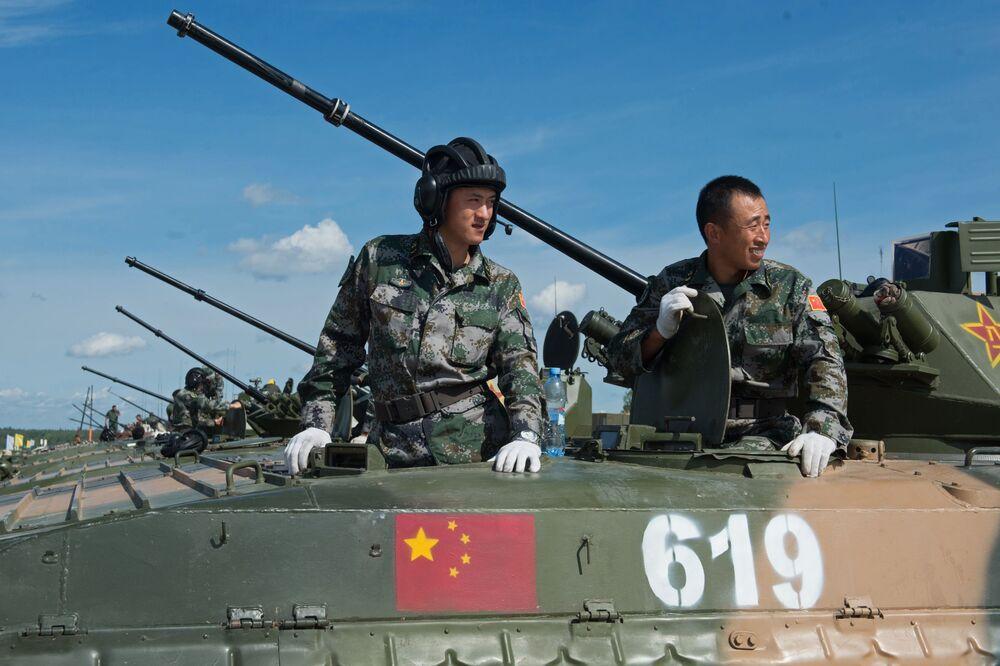 Żołnierze sił zbrojnych Chin na poligonie w Ałabinie w obwodzie moskiewskim, gdzie odbywają się wyścigi treningowe w ramach Wojskowych Igrzysk Międzynarodowych - 2015
