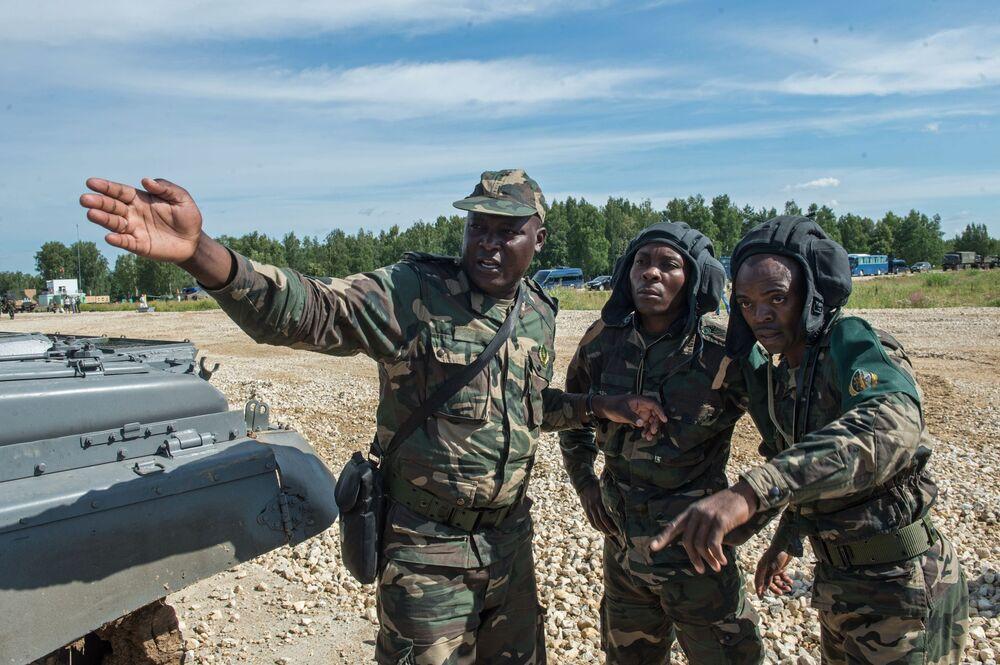 Żołnierze sił zbrojnych Angoli na poligonie w Ałabinie w obwodzie moskiewskim, gdzie odbywają się wyścigi treningowe w ramach Wojskowych Igrzysk Międzynarodowych - 2015