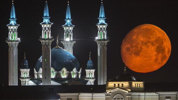 Pełnia księżyca nad Kremlem i meczetem w Kazaniu - Sputnik Polska