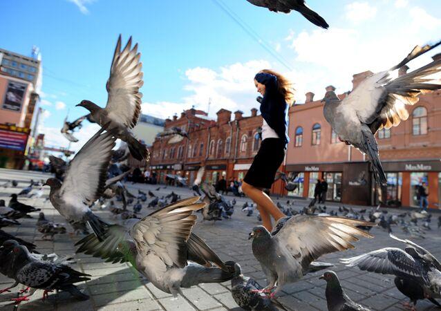 Dziewczyna na ulicy Wajniera w centrum Jekaterynburga