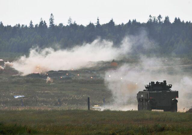 """Bojowy wóz piechoty K-17 """"Bumerang"""" podczas pokazu nowoczesnej i perspektywicznej broni na międzynarodowym forum wojskowo-technicznym """"Armia 2017"""""""