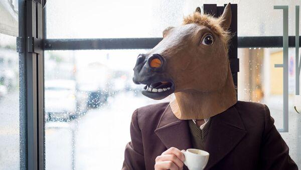 Człowiek w masce konia - Sputnik Polska
