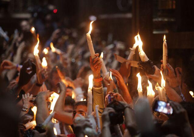 Wierzący ze świeczkami w czasie zstąpienia Świętego Ognia w Bazylice Grobu Świętego w Jerozolimie