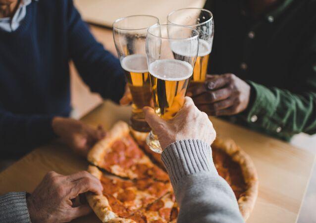 Przyjaciele jedzą pizzę