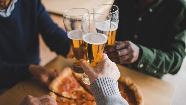 Przyjaciele jedzą pizzę - Sputnik Polska