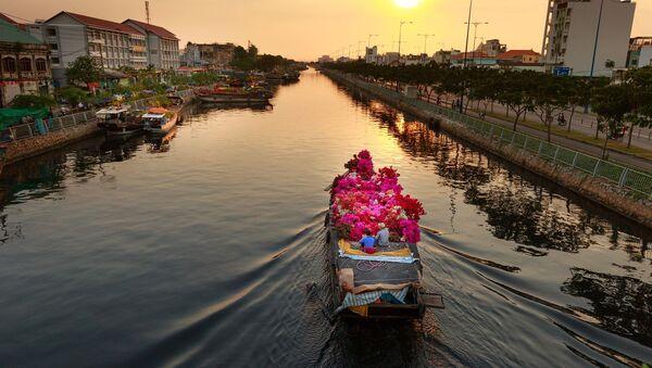 Łódka z kwiatami na rzece Sajgon w Wietnamie - Sputnik Polska