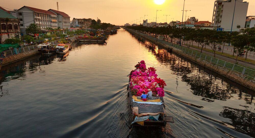 Łódka z kwiatami na rzece Sajgon w Wietnamie
