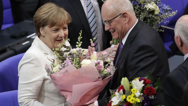 Kanclerz Niemiec Angela Merkel z kwiatami - Sputnik Polska
