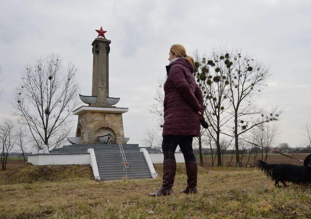 Stela w Mikolinie upamiętniająca żołnierzy Armii Czerwonej: żołnierzy Pierwszego Frontu Ukraińskiego, którzy zginęli w dniach 23-30 stycznia 1945 podczas przekraczania Odry. Stela została odnowiona w latach 2015-2017 przez wolontariuszy z inicjatywy organizacji Kursk.