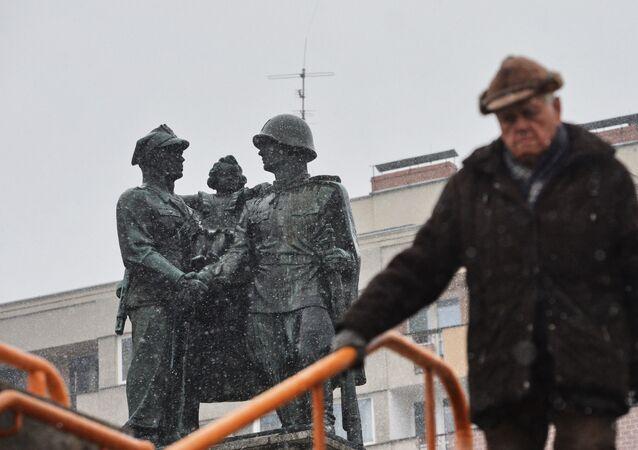 Pomnik radziecko-polskiego braterstwa broni w centrum Legnicy.