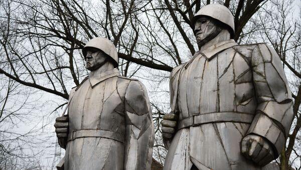 Pomnik żołnierzy poległych w walkach o wyzwolenie Dąbrowy Górniczej. - Sputnik Polska