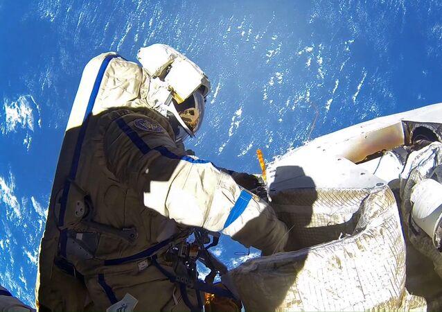 Anton Szkaplerow w otwartym kosmosie