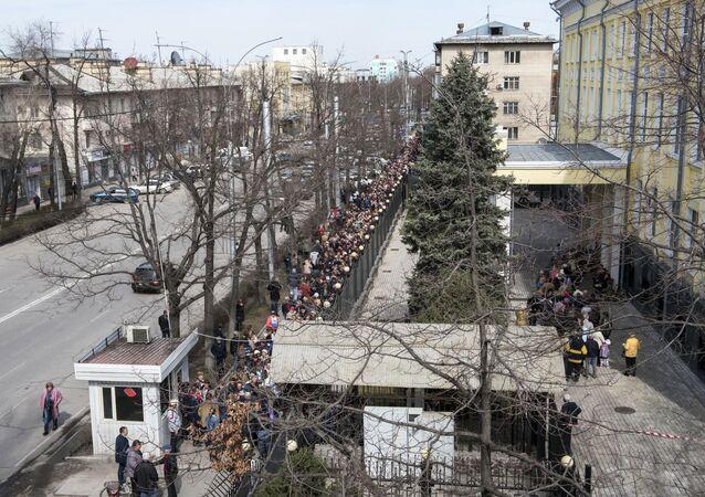 Kolejka do lokalu wyborczego, Biszkek