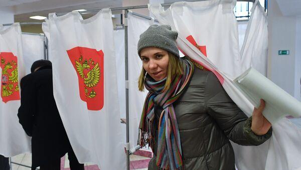 Głosowanie w lokalu wyborczym № 166 w Moskwie. - Sputnik Polska
