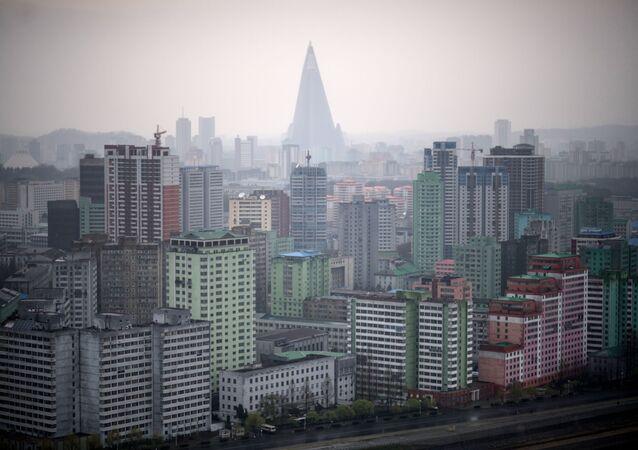 Widok na domy mieszkalne Pjongjangu podczas deszczu