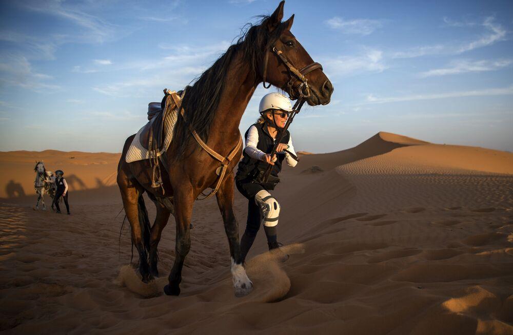 Uczestnicy wyścigów konnych po marokańskiej Saharze