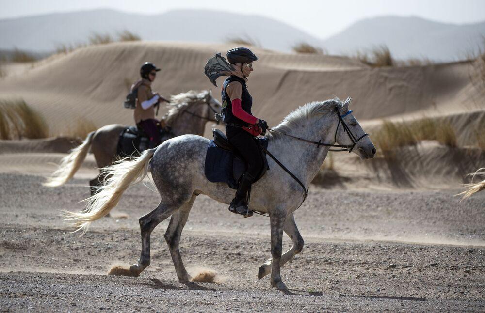 Uczestnicy wyścigów konnych po marokańskiej Sacharze