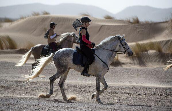 Uczestnicy wyścigów konnych po marokańskiej Sacharze - Sputnik Polska