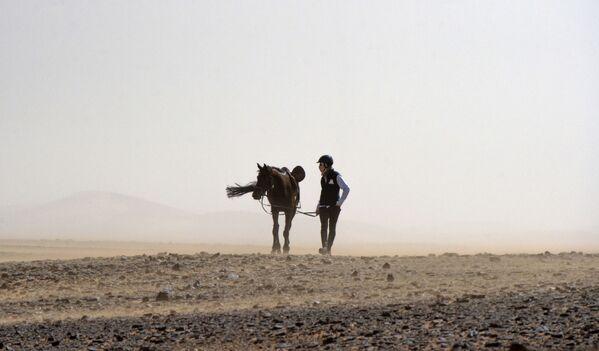 Uczestnik wyścigów konnych po marokańskiej Saharze - Sputnik Polska