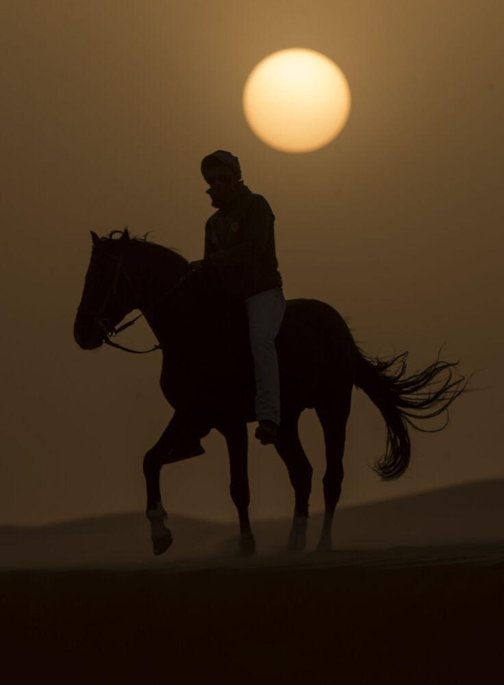Uczestnik wyścigów konnych po marokańskiej Saharze
